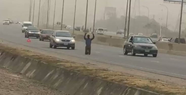 Photo of UNBELIEVABLE! Man kneels down to pray in the middle of highway in Abuja (Video)